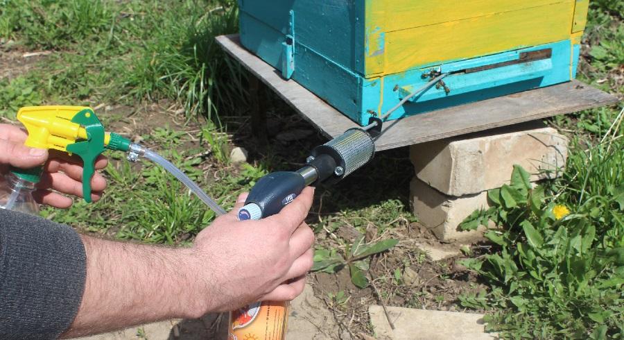 Использование дымовой пушки для пчел